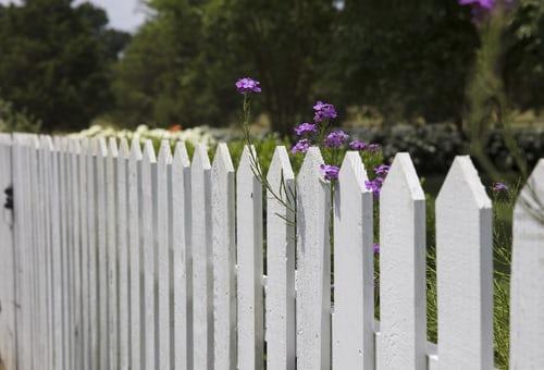 Plus qu'un simple entretien : 10 avantages de l'installation d'une clôture en vinyle