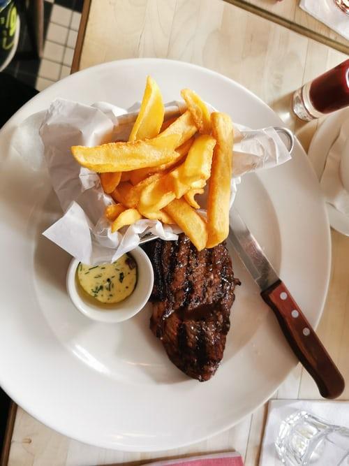 Couteaux à steak dentelés ou non dentelés