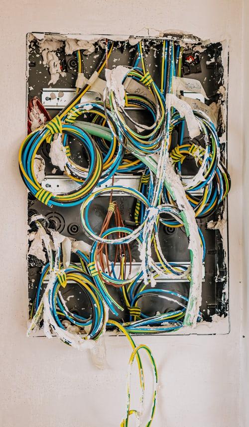 Facteurs à prendre en compte avant d'engager un électricien pour votre maison